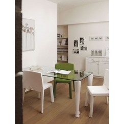 Jídelní stůl Osvaldo v čistém designu s jemnými detaily